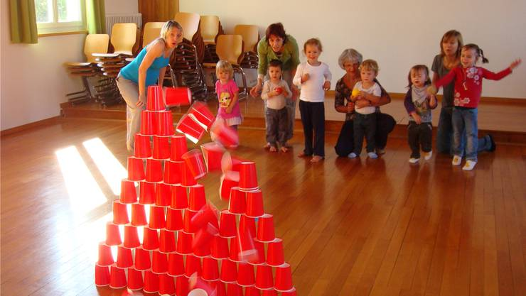 Kinder und Erwachsene Spielen gemeinsam: Auch dafür bietet das Familienzentrum eine Plattform.