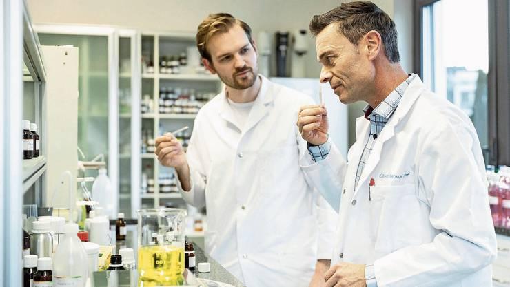 Günter Aroma ist ein Familienunternehmen: Ueli Günter (rechts) und Jonas Günter (links) im Labor der Firma.