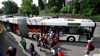 Eine Schulreiseklasse besteigt den Hybridbus der «Regionalbus Lenzburg»