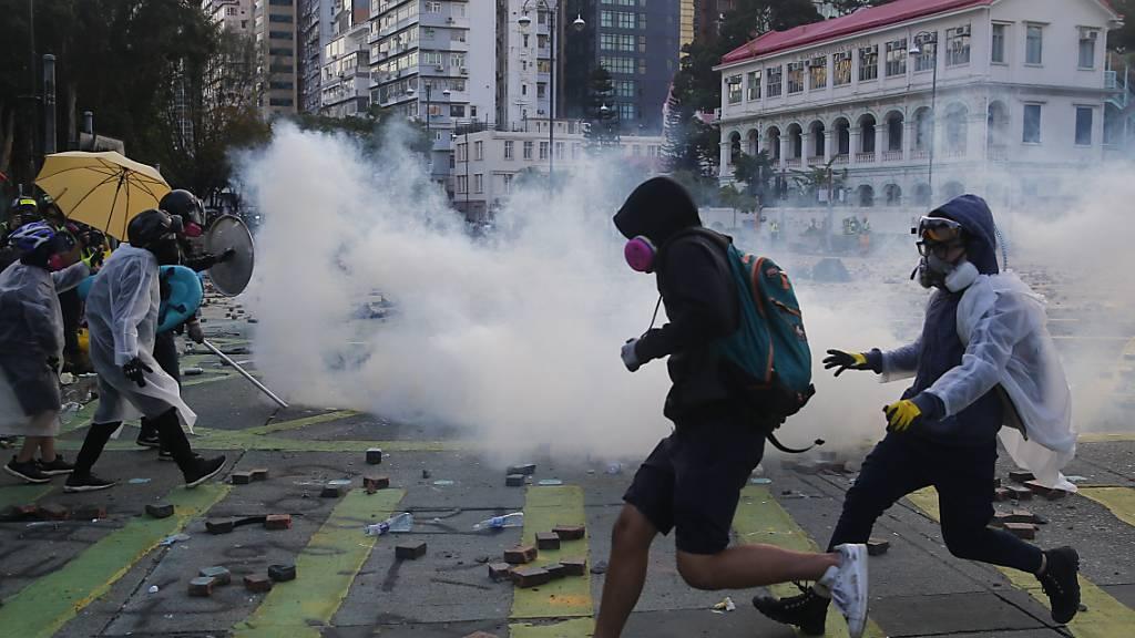 Polizei in Hongkong droht Aktivisten mit Einsatz scharfer Munition