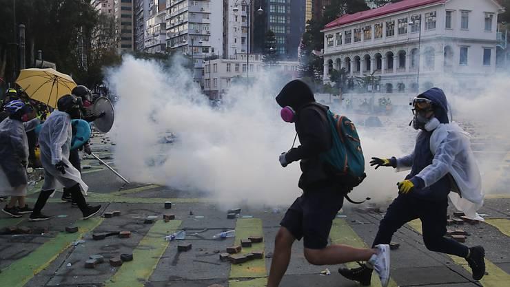 Tränengasschlacht vor der Hong Kong Polytechnic University (PolyU).