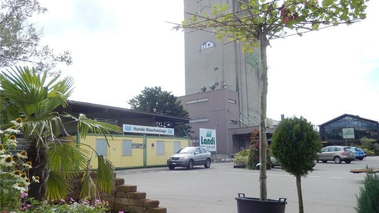 Im Gebäude unten links, wo das Holzlager und die Hunde-Waschanlage sind, kann man sich schon bald auf die Schnelle verköstigen.