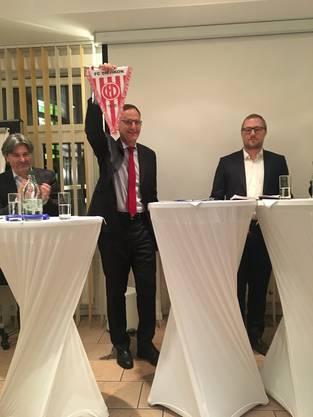 RR Mario Fehr zeigt stolz den Wimpel vom FC Dietikon