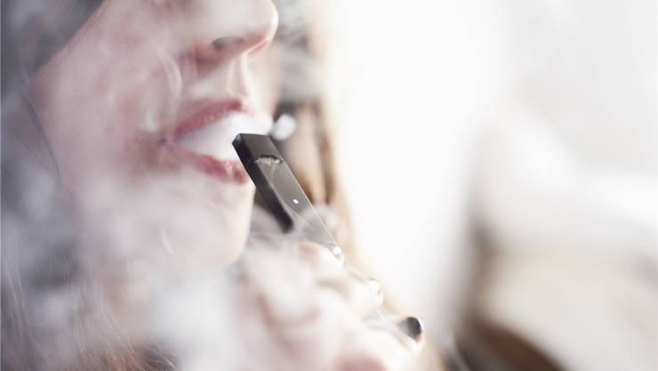 Im Kanton Basel-Stadt sollen nikotinhaltige E-Zigaretten wie normale Raucherwaren behandelt werden. (Symbolbild)