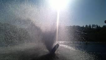 Eine Autofahrerin kollidierte mit einem Hydrant und setzte eine Wasserfontäne frei.