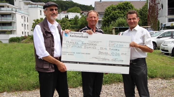 Freude vor dem zukünftigen Bauplatz: Stiftungsratspräsident Peter Müller (links) und Geschäftsführer Rainer Hartmann (rechts) bedanken sich bei Alex W. Jtem (Mitte) für das feine Geschenk.