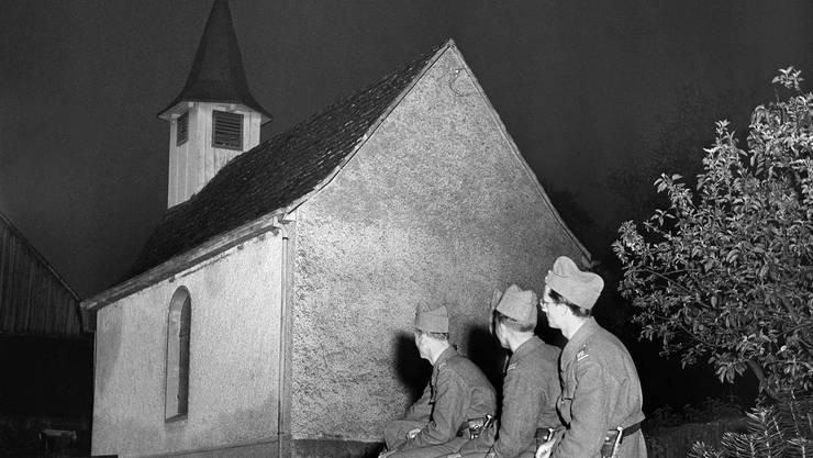 Eine Viertelstunde läuten die Kirchenglocken in der ganzen Schweiz am 8. Mai 1945, am Tag der Waffenruhe in Europa. Hier lauschen Soldaten den Glocken in einem Aargauer Dorf.