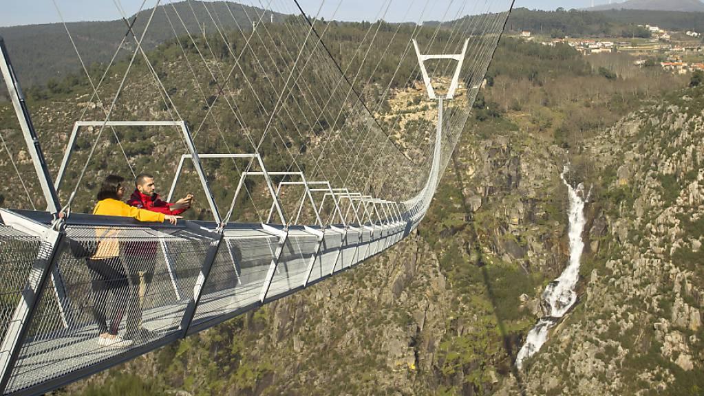 Die 516 Meter lange Brücke im Norden Portugals führt in einer Höhe von 175 Metern über die steile Schlucht des Flusses Paiva. Foto: Stadtverwaltung Arouca/dpa - ACHTUNG: Nur zur redaktionellen Verwendung im Zusammenhang mit der aktuellen Berichterstattung und nur mit vollständiger Nennung des vorstehenden Credits