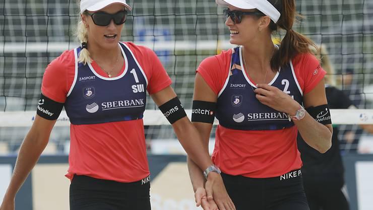 Joana Heidrich (rechts) und Anouk Vergé-Depré klatschen nach einem Punkt ab