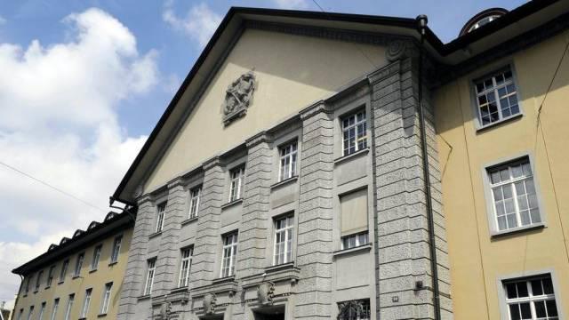 Das Bezirksgerichts Zürich schiebt die Gefängnisstrafe für den jungen Mann zugunsten einer ambulanten Behandlung in der Psychiatrie auf.