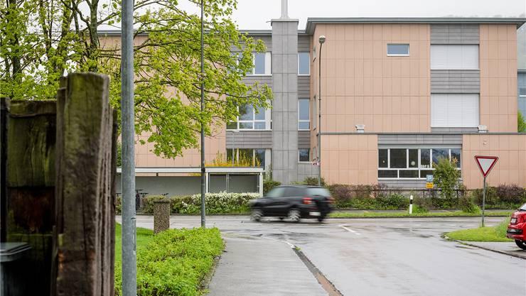 Wer von der Bachtalenstrasse kommt, hat die Schule direkt vor sich. Die Fussgängerunterführung befindet sich links an der Zentralstrasse. Sandra Ardizzone