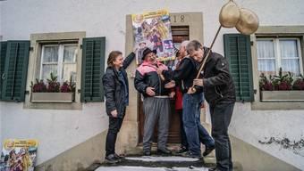Schnyderli Toni mit Gattin Ottilie bei der Verleihung der goldigen Soiblootere, mit dem Fasnachtskalender-Team Balz Saxer (links) und Hans Melliger (rechts) sowie Gemeinderat Meinrad Baur.
