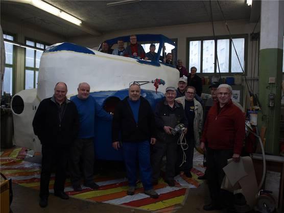 Die Fröscheweid-Zunft arbeitet mit Wagenbauchef Urs Ulrich (vorn, 3. von links) ander monumentalen Umsetzung des Sujets «Frösche Polizei Oute».