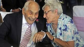 Dem ältesten Brautpaar der Welt ist die Freude anzusehen: George Kirby und und seine Ehefrau Doreen bringen zusammen 194 Jahre mit in die Ehe.