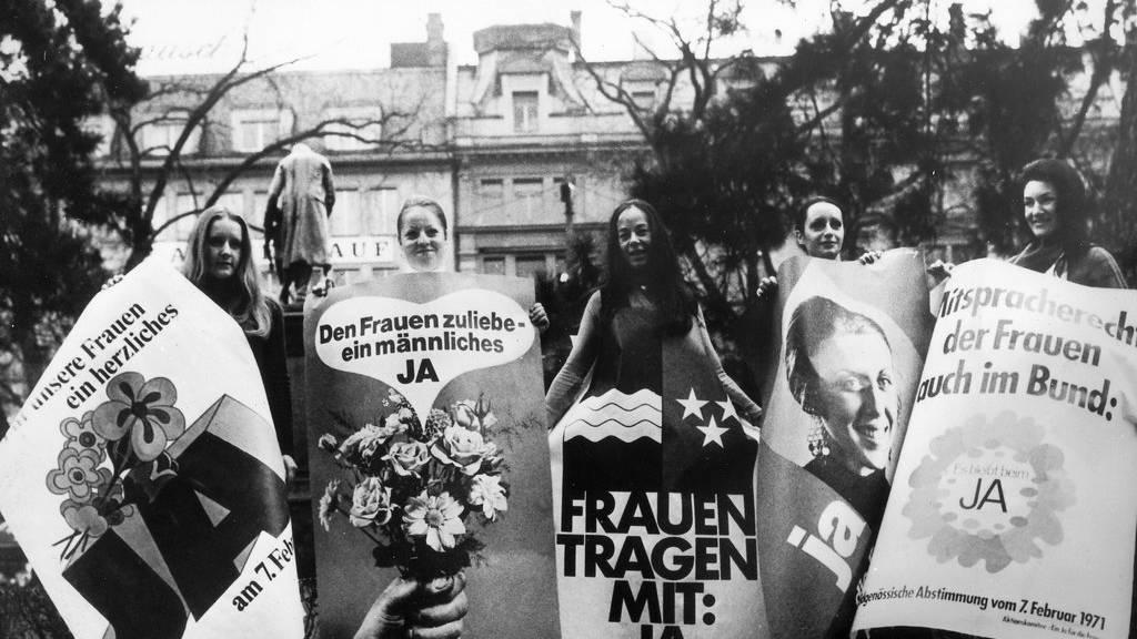 Frauen werben 1971 für ein Ja zum Frauenstimm- und -wahlrecht.
