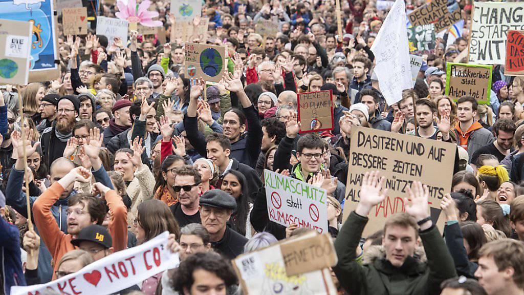 Auch der Kanton Zürich soll den Klimanotstand ausrufen. Dies fordert der neu zusammengesetzte Kantonsrat. Im Bild eine Klimademo in Zürich. (Archiv)