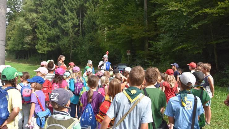 Die Kinder erhalten die letzten Anweisungen vom Ritter, um später den Drachen zu besiegen.