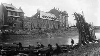 Dieses Bild konnten die Blog-Leser nach ausführlichen Diskussionen zuordnen und datieren: Es zeigt das ehemalige Hotel Bellevue in Birsfelden Ende Februar 1925.
