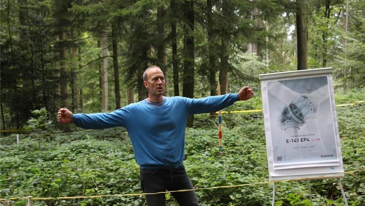 Initiant Nik Walther lud zu einen Spaziergang auf die Stockrüti in den Reitnauer Wald und informierte vor Ort über die geplante Windkraftanlage. Peter Weingartner