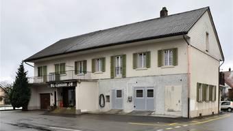 Das Käserei-Gebäude mit dem Laden (links) und der automatisierten Milchsammelstelle steht zum Verkauf.