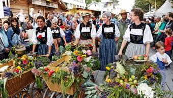 ie fein herausgeputzten Frauen vom Volkstanzkreis Aarau schoben im Umzug Küttiger Chaisen, in denen sie Äpfel für die Zwischenverpflegung der Zuschauer mitführten.