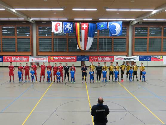das Final:  FC Memmingen links BSC Old Boys Basel rechts