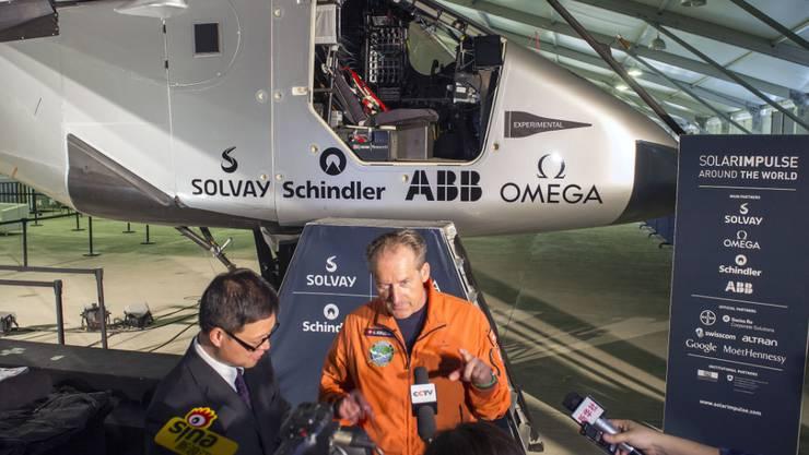 Pilot André Borschberg spricht mit Journalisten vor dem Solarflugzeug in Nanjing