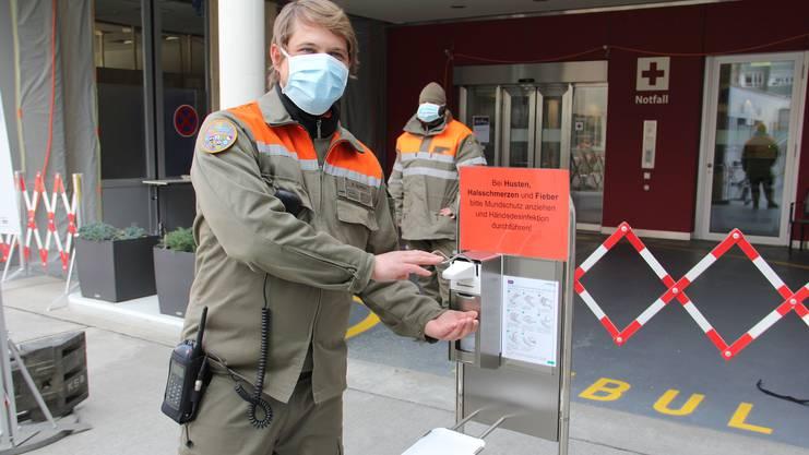 Zivilschützer kontroliieren den Zugang zum Notfall im Kantonsspital Olten.
