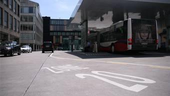 Der obere Bahnhofplatz ist eine Begegnungszone: Fussgänger haben gegenüber dem Fahrzeugverkehr Vortritt.