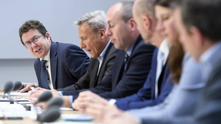 SVP-Parteipräsident Albert Rösti, links, spricht an der Seite der Nationalräte Adrian Amstutz, Manfred Bühler, Thomas Hurter, Nadja Pieren, und Walter Wobmann.