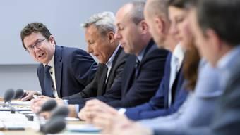 Die SVP-Spitze hat am Freitag in Bern ein neues Positionspapier zur Verkehrspolitik vorgestellt. Sie fordert, dass die Engpässe in der Verkehrsinfrastruktur beseitigt werden.