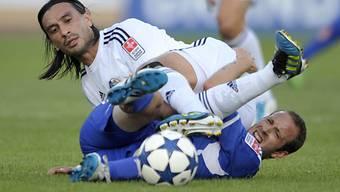 Hakan Yakin (oben) im Zweikampf mit Lausannes Nicolas Marazzi