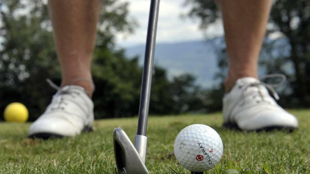 Ein Golfspieler hat seinen Abschlag verhauen und einen anderen Spieler mitten im Gesicht getroffen: War das nun einfach Pech oder eine Straftat? Das Zürcher Obergericht berät den Fall. (Themenbild)