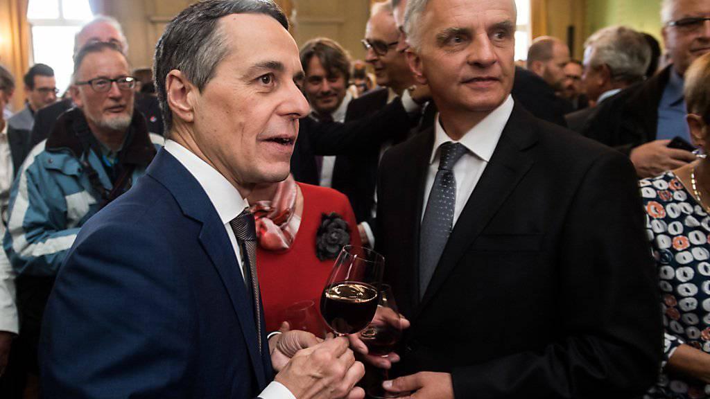 Der neu gewählte Bundesrat Ignazio Cassis (links) und der scheidende Bundesrat Didier Burkhalter (rechts) feiern nach der Wahl im Restaurant «Zum Äusseren Stand».