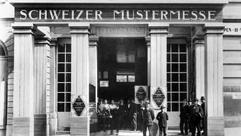 Der Eingang zur ersten Schweizer Mustermesse im Stadtcasino Basel, aufgenommen im Jahr 1917. (Archivbild)