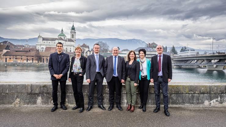 Das Co-Präsidium des Komitees «Massvoll entlasten, Gemeinsam gewinnen» (von links): Richard Aschberger (SVP), Barbara Wyss Flück (Grüne), André Wyss (EVP), Peter Hodel (FDP), Franziska Roth (SP), Sandra Kolly (CVP) und Georg Aemissegger (GLP). Auf dem Bild fehlt Chris van den Broeke (BDP).