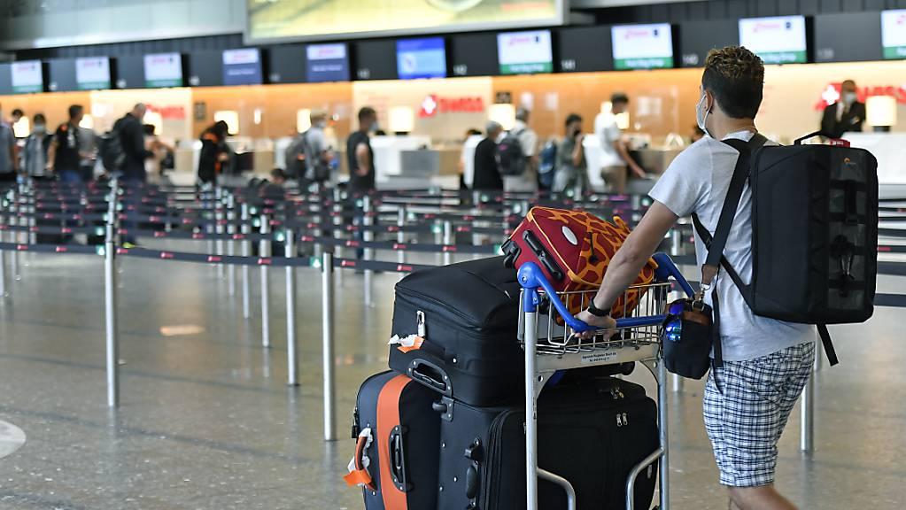 Im Juli haben mit Beginn der Sommerferien im Juli wieder vermehrt Reisende am Flughafen Zürich eingecheckt. Noch liegen die Passagierzahlen aber klar unter dem Vor-Corona-Niveau.(Archivbild)