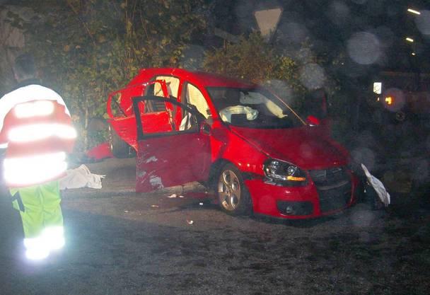 Ein beschaedigter VW Golf steht in der Nacht auf Samstag 8. November 2008 in Schoenenwerd, Kanton Solothurn.  (Bild: KAPO SOLOTHURN)