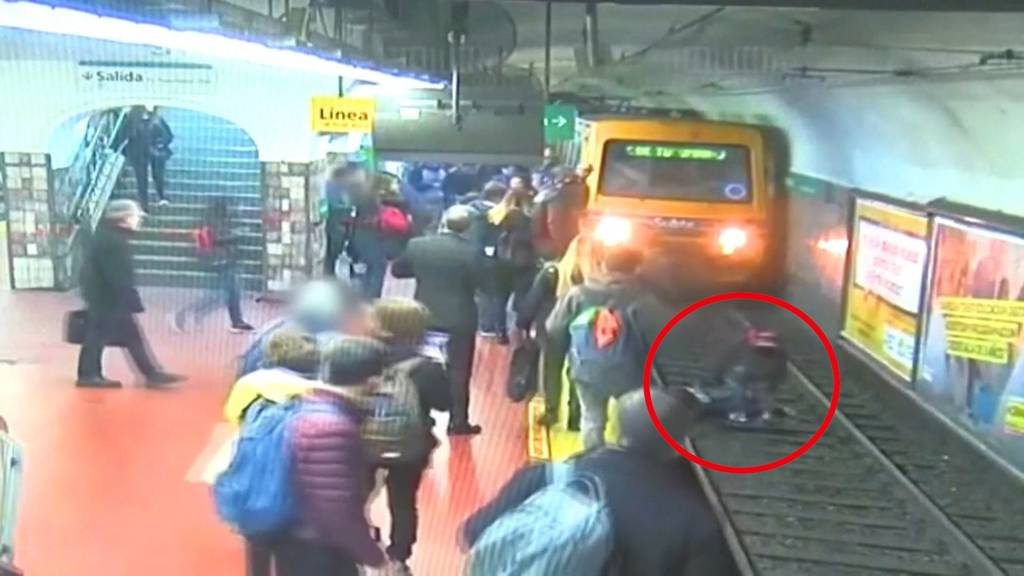Frau vor U-Bahn gestossen – und gerettet