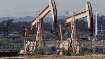 Der Ölpreis reagiert zunächst kaum auf die deutliche Kürzung der weltweiten Ölproduktion.