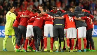 Momente der Besinnung nach der Wende vom 0:2 zum 3:2. Das Schweizer Nationalteam versammelt sich nach dem Sieg über Slowenien im Mittelkreis.