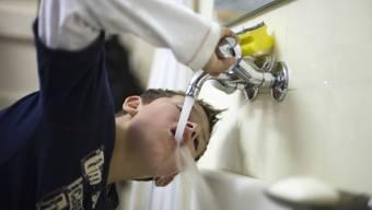 Fachleute empfehlen, alle drei Tage die Armaturen in einem geschlossenen Gebäude ganz zu öffnen, damit die Trinkwasserqualität nicht beeinträchtigt wird.