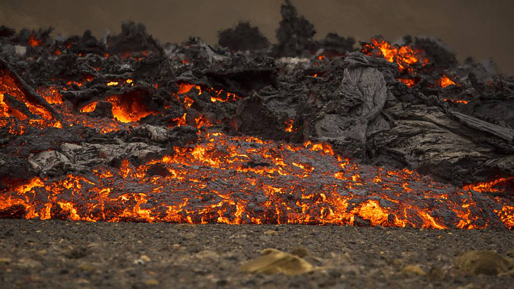 Neue Lavaströme auf Island durch Erdrisse in Vulkangebiet