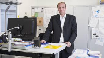 Grossratspräsident Marco Hardmeier im Büroprovisorium der Schule Zehntenhof in Wettingen. 2017 kann Schulleiter Hardmeier mit seiner ganzen Schule in das neue Schulhaus zügeln.