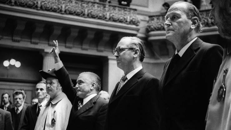 Am 5. Dezember 1973 werden Georges-Andre Chevallaz (FDP), links, zusammen mit Hans Hürlimann (CVP), Mitte, und Willi Ritschard (SP), rechts, im Bundeshaus vereidigt.