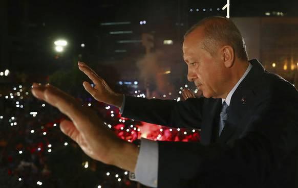 Erdogan präsentiert sich seinen jubelnden Anhängern.
