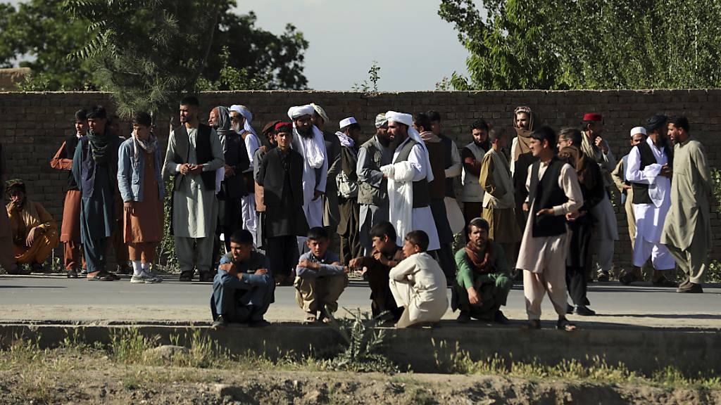 Menschen versammeln sich in der Nähe einer Moschee nach einer Bombenexplosion in Kabul. Bei dem Anschlag sind nach Angaben der Polizei mindestens zwölf Menschen getötet worden.