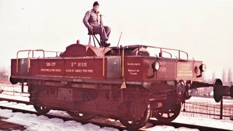 Max Flückiger musste den Belastungswagen zur Überprüfung von Eisenbahnbrücken bei jeder Witterung bedienen (Bild Oktober 1972).