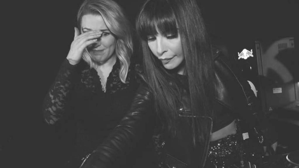 Michelle stellt sich mit DJane Carol Fernandez hinters Mischpult