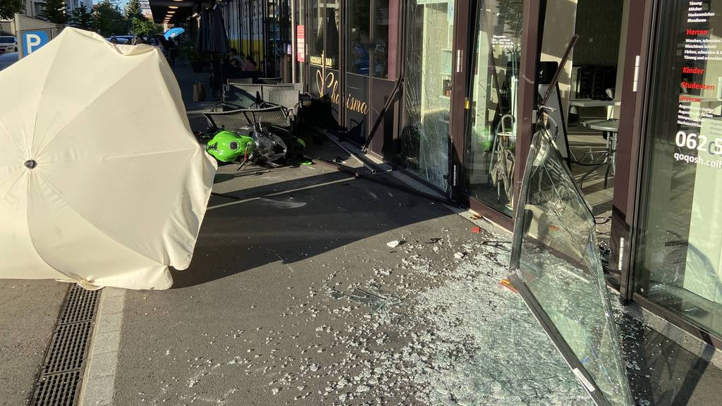 Motorradfahrer prallt gegen Schaufenster – schwer verletzt